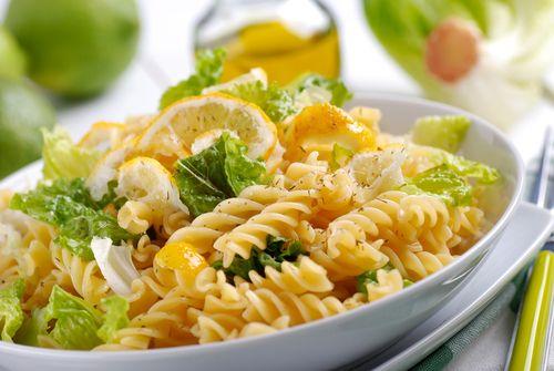 Μια κρύα σαλάτα με ζυμαρικά και άρωμα λεμονιού σε περιμένει - http://ipop.gr/sintages/zimarika/mia-kria-salata-me-zimarika-ke-aroma-lemoniou-se-perimeni/