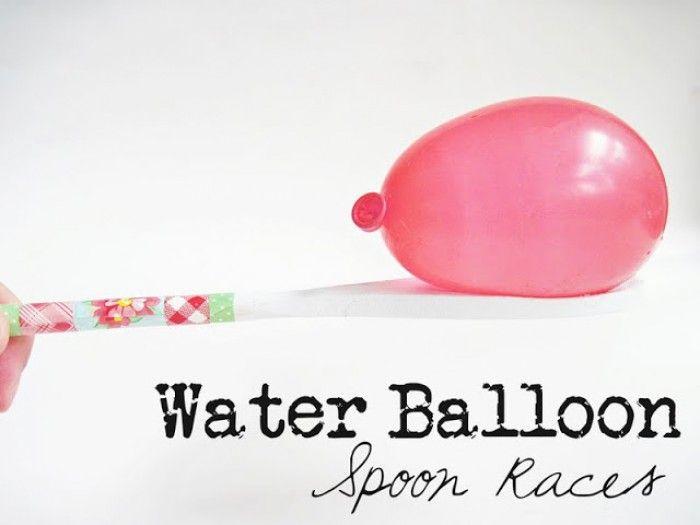 spelletje voor een kinderfeestje: waterballon race. de houten lepel is ook nog mooi versierd.