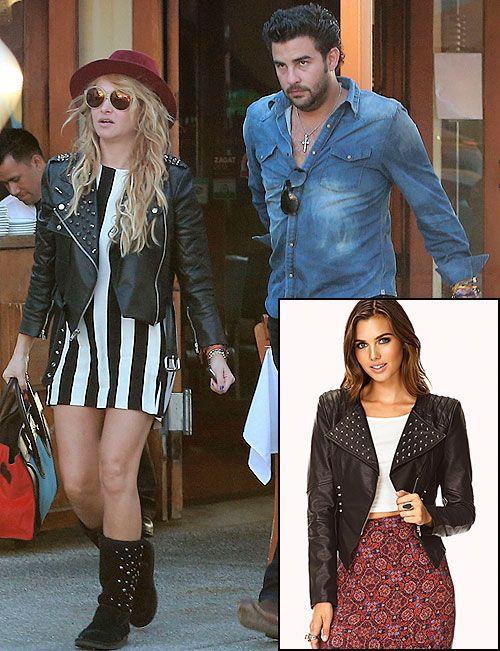 PAULINA RUBIO  Copia el estilo moderno de la Chica Dorada con esta chaqueta tipo motociclista de cuero falso con tachuelas. Es de Forever 21...