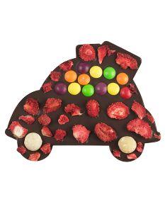Z myślą o miłośnikach deserowej czekolady i aut przygotowaliśmy niespodziankę. Wykwintną taflę przyozdobiliśmy truskawkami, soczystymi skitelsami i orzechami macadamia.