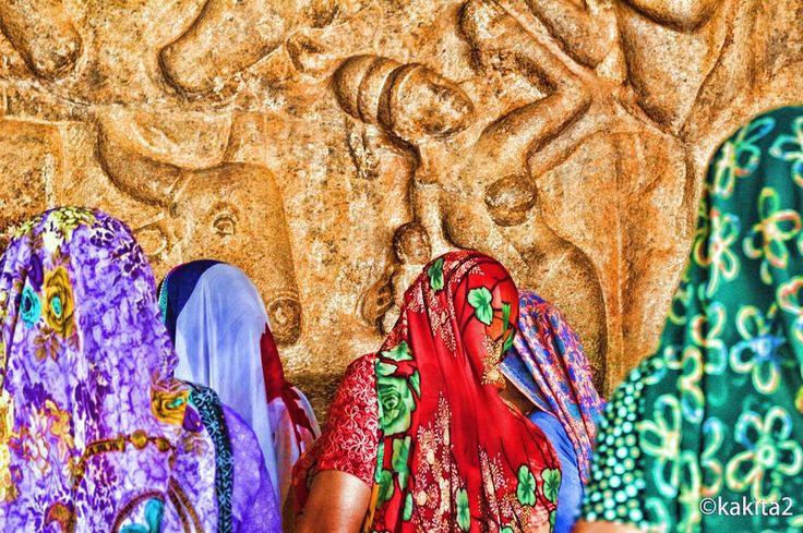 インドマハバリプラムの遺跡にて 遺跡を見に来たサリーの女性もまた鮮やかなカラフルアートに見える インドの人もまた芸術なり  India mahabalipuram ruins. Sally came to see the ruins are also vivid colorful art look!  #india #indian #mahabalipuram #chennai #art #photo #colors #journey #trip #travel #インド #旅 #バックパッカー #backpacker #マハバリプラム #チェンナイ #サリー (by kakita2)