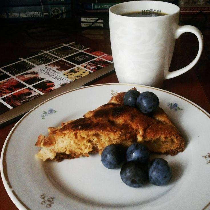 Когда я вижу что люди радуются запаху свежей выпечки торопятся к ужину домой жарят картошку или вместе лепят пельмени убеждаюсь в том что мир держится на простом счастье. #picoftheday #autumn #home #morning #cakes #pie #applepie #homemade #cozy #coffee #October #blueberrys #yumyum #foodpics #breakfast #delicious #like4like #likeforlike #followme
