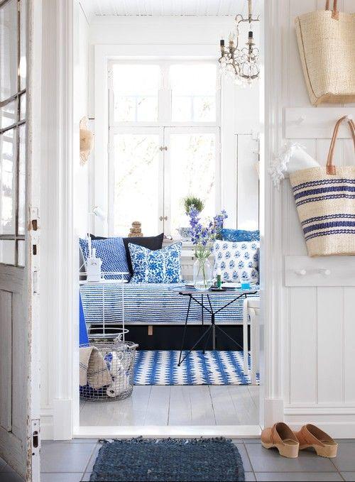 Sommarhus med blå detaljer
