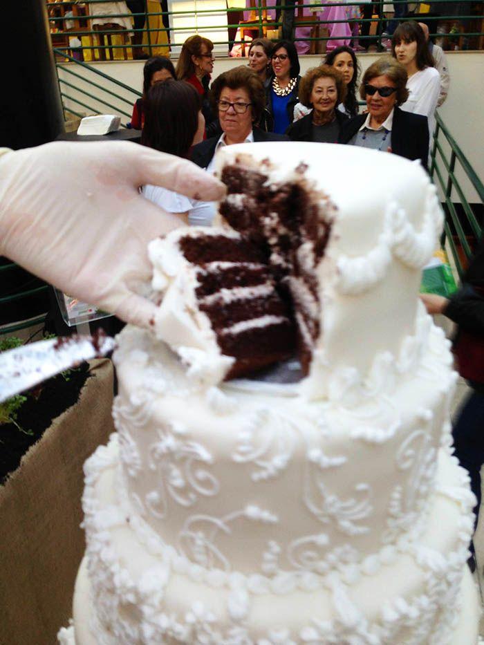 A servir o Bolo de Noiva decorado com glacé real <3 Serving the wedding cake decorated with Royal Icing <3 Julie Deffense <3) www.cake.pt