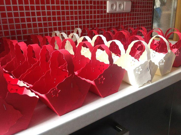 Svatební košíček na koláčky Ráda Vám připravím svatební košíčky na koláčky. Buďte vyjímeční se stylovými košíčky na výslužky.. Na přání zhotovím jakkékoli barvy a kombinace. Minimální odběr 10 kusů.
