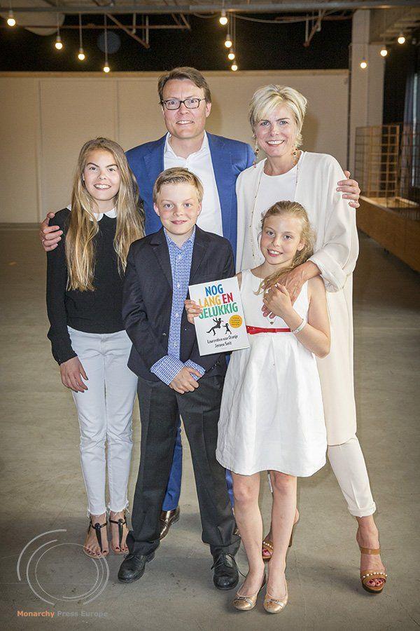 Vorige week werd het nieuwe boek van Prinses Laurentien, 'Nog lang en gelukkig', gepresenteerd. Laurentien schreef het boek samen met Jeroen Smit. Dochter Gravin Eloise mocht een stukje uit het boek voorlezen.