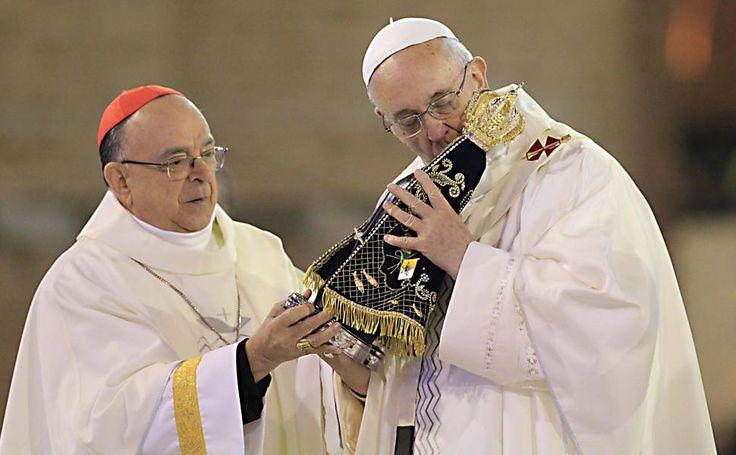 Francisco beija imagem de Nossa Senhora Aparecida em sua primeira missa no Brasil.