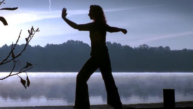 Kurze Filmspots zeigen Bürger, die Sorø als ihren Lebensort gewählt haben. Hier auf dem Steg des Sorø Sø zeigt Tai Chi Chuan-Lehrerin Anne Dige klassische Übungen.