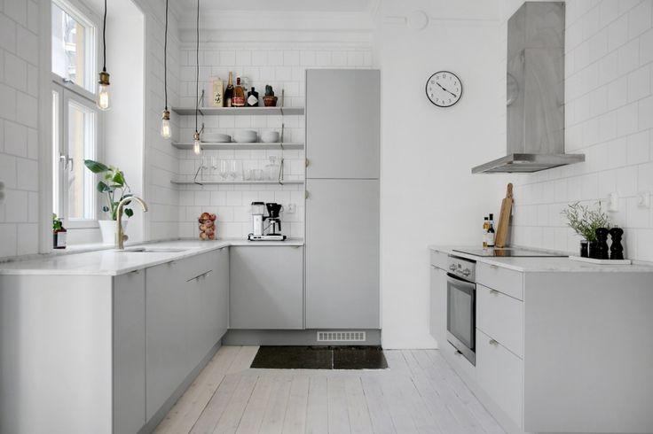 Deze keuken hebben we gespot in een heerlijk licht Scandinavisch appartement gelegen in Stockholm. Een tweekamerappartement met een ruime lichte woonkamer en open keuken. De lichte houten vloer, loopt door heel het appartement, dus ook helemaal door tot in de keuken. De combinatie met de witte wanden zorgt voor een super frisse uitstraling. Witte keukenwand De keuken is vrij ruim en is ingericht in een gebroken u-indeling. Links vind je een l-vormig keukenunit met de koelkast, vriezer en de…