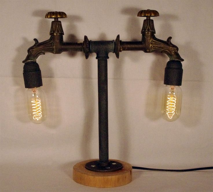 Idraulica ed elettricità si fondono in questa lampada da tavolo realizzata riutilizzando dei rubinetti vintage e dei tubi dell'acqua. La creazione si completa con le due lampadine stile Edison. #lampada #edison #design# #upcycling #riciclo #industrial #steampunk #rubinetti #illuminazione #lighting