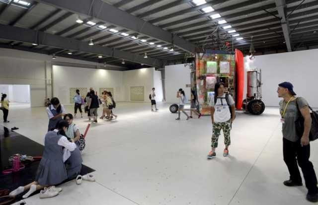 kyoichi tsuzuki 猛暑の中、本日オープンのヨコハマトリエンナーレ2014へ。新港ピアの展示スペース。自作の前でアーティスティックに談笑する大竹伸朗&日比野克彦・・の脇で、靴脱いで三つ編み大会に興じる女子高生グループ。横浜は奥深い!笑