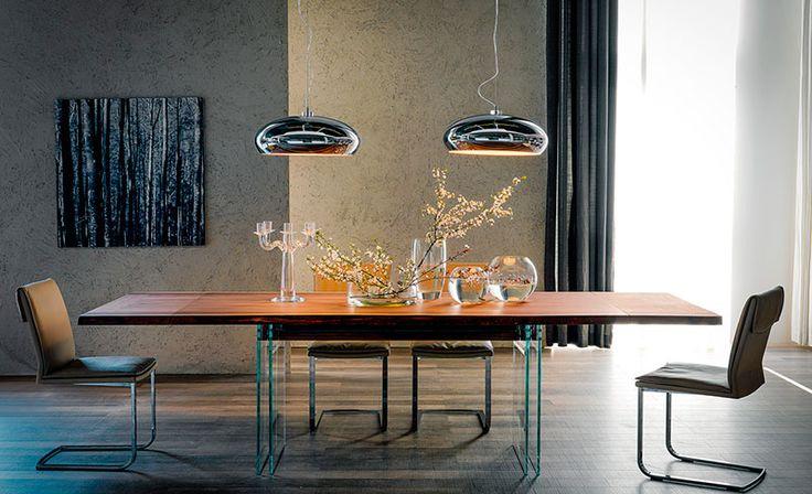Tavolo modello Ikon Drive fisso o allungabile con base in cristallo e piano in legno. Design Philip Jackson by CATTELAN ITALIA