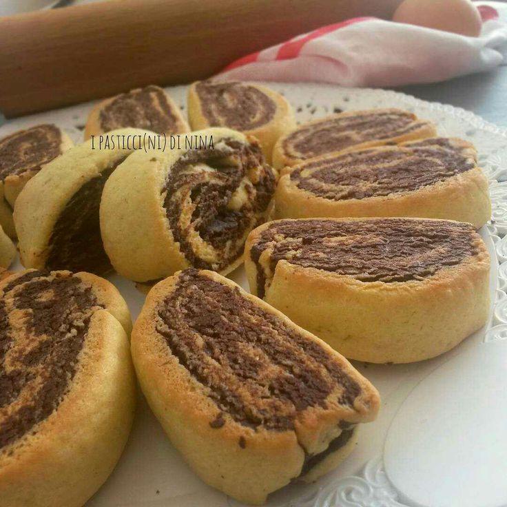 Biscottini, biscotti, biscotti giganti, ripieni, decorati, con o senza burro, ogni scusa è buona per farli e divorarli 😋✔ #biscottimania 😁 . . LINK diretto in BIO 👉 @instafoodnina per avere la RICETTA dei biscotti bicolore 😚 . . #buongiorno #homemade #cooking #sweetness #goodmorning #bomdia #sweet #cookies #biscotti #biscuit #chocolate #solocosebelle #solocosebuone #dolce #mattina #home #familia #igers #instafoodnina #breakfast #picoftheday #morning #eating #bakery