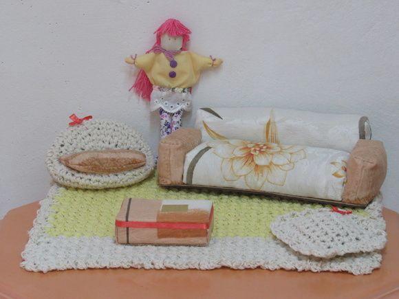 Sou uma boneca de pano feita por uma artesã com muito amor, você escolhe um nome pra mim... meço 19cm de altura. Meu corpo é recheado de fibra de silicone e floquinhos de espuma. Estou vestindo uma blusa amarelo creme, calça com estampa floral lilás e branco e uma mini saia em bordado inglês bran...