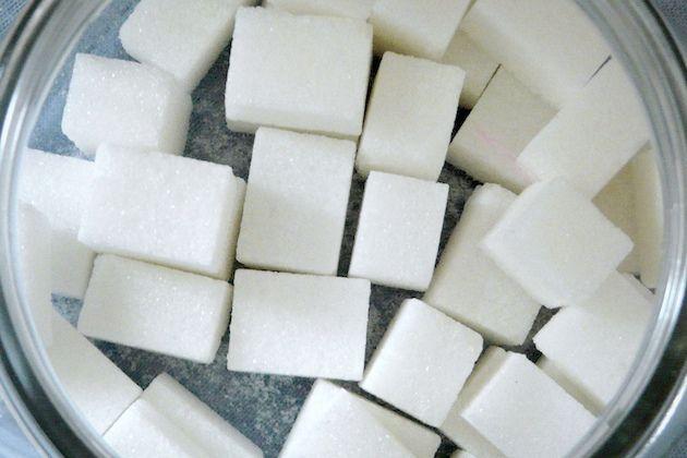マクロビオティックでは甘いもの欲しさについ白砂糖食品を多くとるとカラダがぼーっとしたり、思考力が落ちたり、体調を崩しやすくなると言われています。もし、こういう感覚がないならばカラダが白砂糖に馴れてしまっており、鈍感になっているのかも知れません。風邪を引いたときに白砂糖食品(陰性のもの)を摂ると風邪は直りにくくなります。 かくいう私は甘いものが大好きです。おまけにカラダが強烈に特定の食品を欲したときは我慢しないタイプなのでチョコレートを一枚ペロっと食べてしまうことも稀にあります。そのときは明らかにアタマがキュイーンとしてくるんですね。「おぉ、血糖値が急激に上がっているぞ。」という感覚をもろに感じます。こんな血糖値が急激に上がる状態はいいとは言えません。残念ながら身のまわりには白砂糖がいたるところで使われていますので、意識しなければ過剰に摂取してしまう危険性があります。 大手飲料メーカーの炭酸ジュースや缶コーヒーには一体どれくらい砂糖が入って�%8