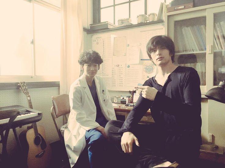 """Yu Shirota(城田優) on Twitter: """"私、鈴木有明がトイレから戻ると  準備室には、見知らぬ男性が  鴻鳥サクラさんという方  僕より格段にピアノが上手で、普段は産婦人科医らしい  記念に写真を撮ってもらった  遠近法も手伝って、僕は完全に進撃の巨人だ 綾野剛 Go Ayano"""