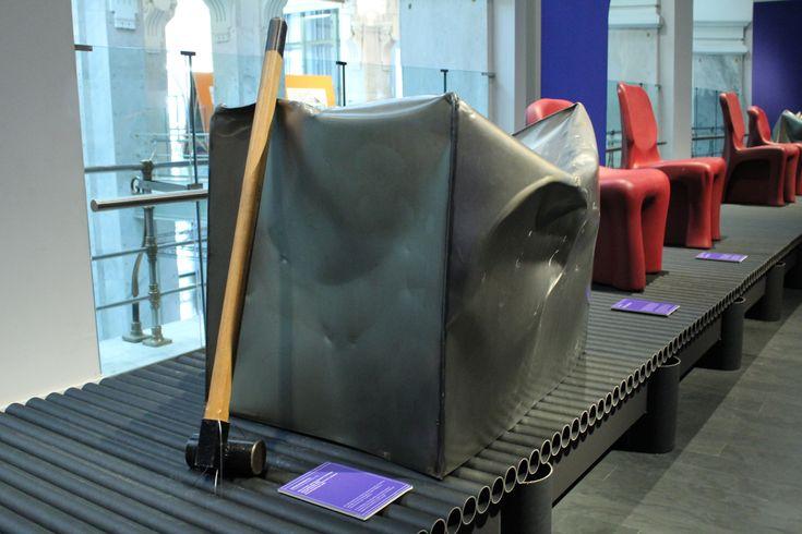 """Silla """"Do Hit"""" de Marijn van der Poll para la colección """"Do Create"""" de Droog Design, 2000. En este diseño se invita al usuario a usar un martillo para dar la forma deseada al cubo metálico y transformarlo en un asiento."""
