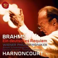 Johannes Brahms   Nikolaus Harnoncourt   ブラームス:ドイツ・レクィエム  アーノンクール&ウィーン・フィル  アルノルト・シェーンベルク合唱団    2007年12月、ウィーンのムジークフェラインでおこなわれたこの演奏は、近年のアーノンクールの解釈の深まりを反映させた見事なもので、遅めのテンポを基本に悲痛な情感表現を志向した『ドイツ・レクィエム』にふさわしいスタンスと、アーノンクールならではのオーケストレーションへの細かな配慮が窺える仕上がりとなっています。   合唱のアルノルト・シェーンベルク合唱団はウィーンの団体で、今回の合唱指揮者でもあるエルヴィン・オルトナーと共にブラームスの合唱作品集をレコーディングしており(1994年)、透明度の高い歌唱を聴かせていました。それから13年を経てのこの『ドイツ・レクィエム』での演奏では、まず場所がムジークフェラインということで音響が素晴らしいため、透明なだけでなく深い色合いや力強い迫力も申し分なく美しく響いているのがポイントです。
