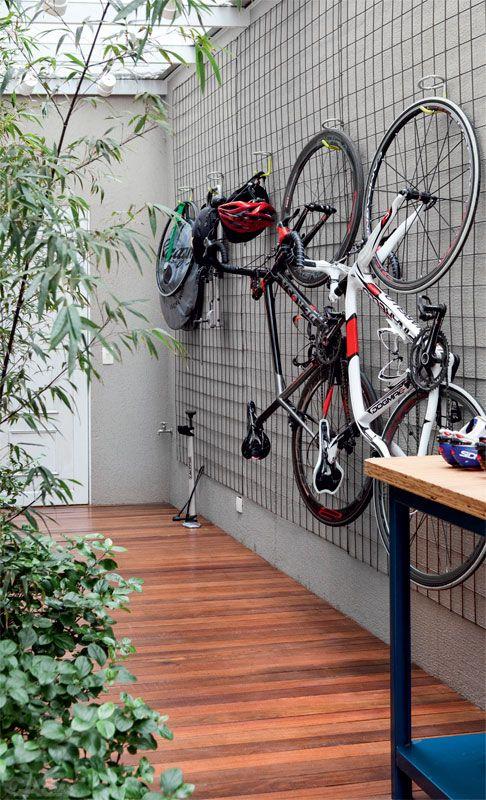 Reforma ampliou os ambientes desta casa em terreno estreito - Casa-bicicletas penduradas por ganchos