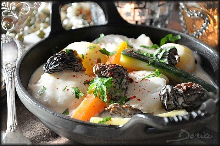 Ingrédients pour 4 personnes 1kg de queue de lotte 1 verre vin blanc 1 échalote 1 litre de fumet de poissons 1 branche de thym 1 feuille de laurier 2 branches de persil 20 morilles déshydratées 4 carottes 2 courgettes 8 petites pommes de terre 20 cl de...