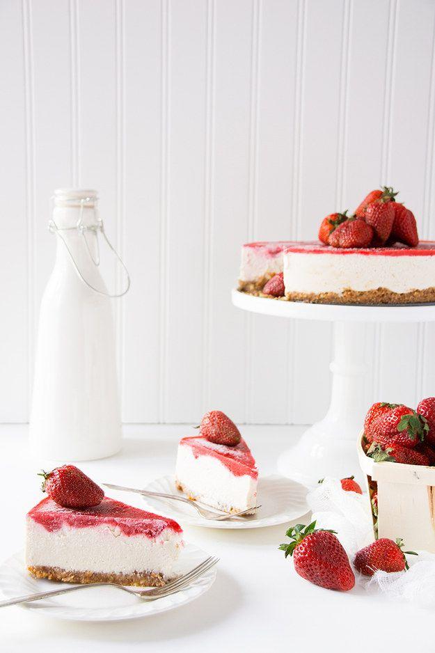 Veganer Cheesecake mit Erdbeeren | Community Post: 17 köstliche Desserts ohne viel Zucker, die Du sofort ausprobieren musst