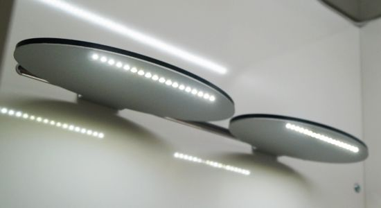Painel com perfil Slim iluminado com prateleira 599