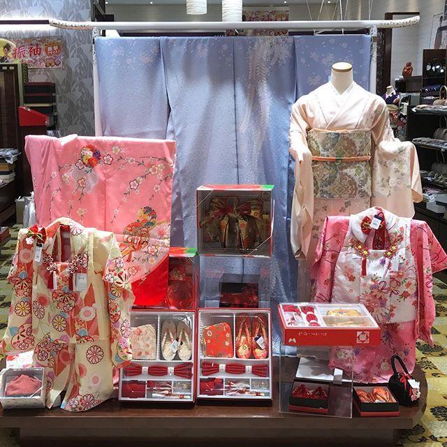 七五三のお着物をご紹介致します! 只今、ほていや全店で七五三フェアを開催しております。 3歳7歳女の子の着物をはじめ、5歳男の子の着物や、七五三詣りのお母様用お着物、小物まで各種取り揃えております。ぜひ店舗へお越し下さい。 #ほていや #七五三フェア #四つ身 #三つ身 #被布コート #箱迫 #訪問着 #付下 #紋付袴 #七五三詣り #3歳の着物 #5歳の着物 #7歳の着物 #つけ下げ