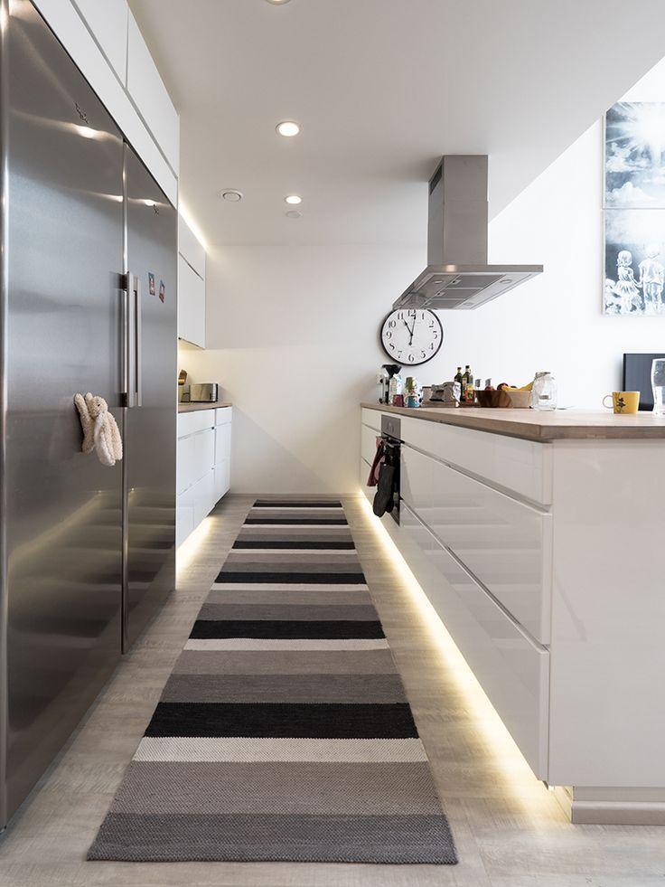Indirect LED-light in kitchen. / Keittiössä on käytetty epäsuoraa valoa tuomaan tunnelmaa. www.valaistusblogi.fi