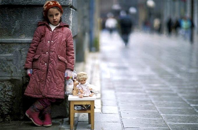 Sarajevo 1993 - Una bimba vende la sua bambola per comprare del cibo.