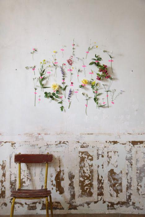 Fleurs sur le mur collées au masking tape