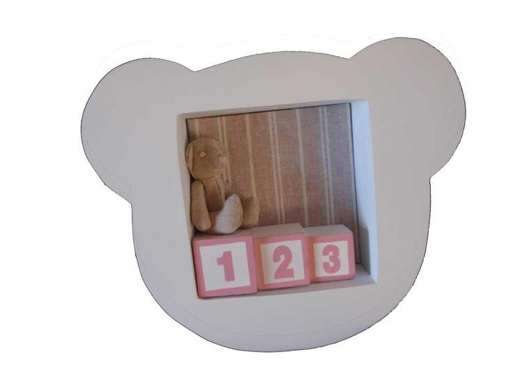Miniatuurkastje beer roze  Een superleuk cadeau-idee: dit miniatuurkastje in de vorm van een beertje. Het kastje staat geweldig in de babykamer! De opvallende wanddecoratie is helemaal 3D en is er in roze en blauw. Het beertje is gemaakt van linnen met roze ogen, snuit en mond.