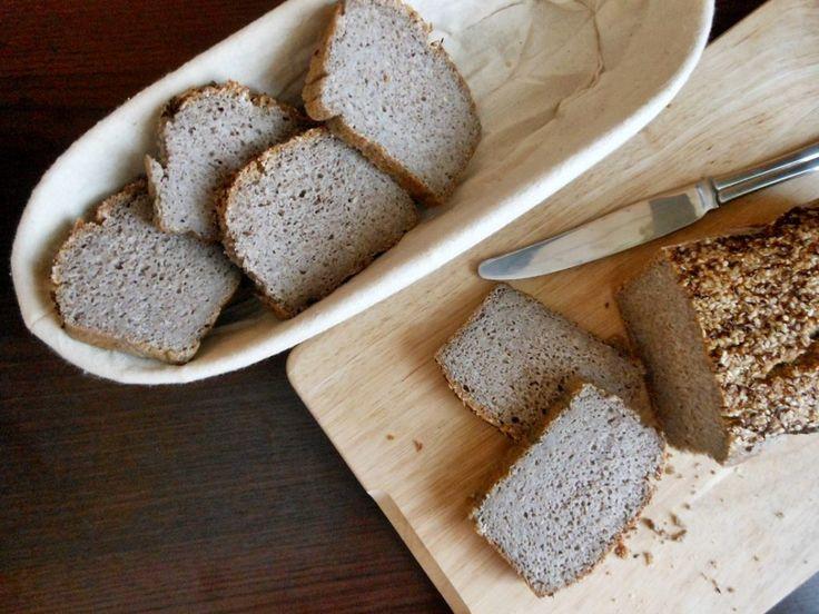 Chleb ten robi się z jednego składnika - kaszy gryczanej niepalonej. Żadnej mąki, drożdży, zakwasu...nic. Jest prosty i pyszny, a do tego w 100% bezglutenowy.
