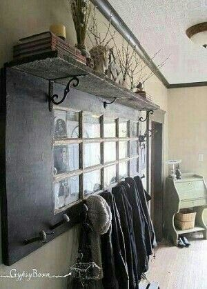 Gemaakt van een oude deur, kapstok voor in de gang, leuk met foto's en spiegel in de vakken ((doe-het-zelf-inhuis))