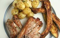 Costolette di agnello al forno - La ricetta di Pasqua per cucinare l'agnello al forno è un ottimo modo per servire un saporito secondo piatto semplice da preparare, e tipico dei pranzi pasquali, accompagnato da gustose patate e un buon bicchiere di vino rosso.