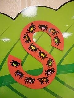 de S van spin; kleine spinnetjes met duimafdruk; letterverwerking