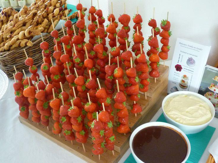 Aardbeien spiesjes met vanilleroom en chocolade saus