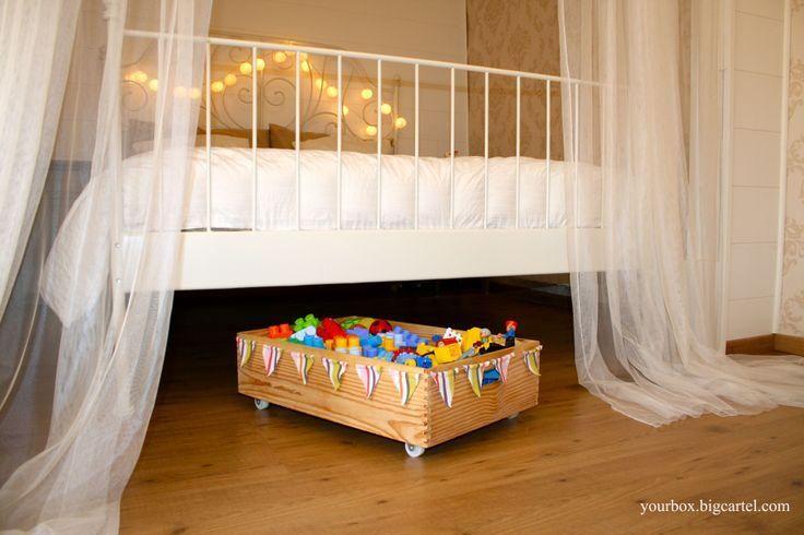 En el mercado existen un montón de tipos de cajones para almacenar juguetes, zapatos, ropa,… debajo de la cama. almacenar juguetes bajo la cama