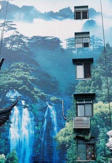 Et si c'était la forêt qui à son tour envahissait la ville ! / Street art.