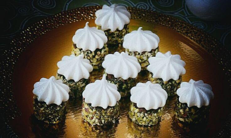 Сладости для веганов. Шоколадное пирожное с кардамоновой меренгой и кремом из авокадо и фиников — HomeBaked