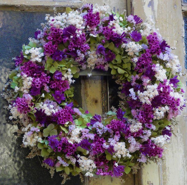 Fialkový+Věnec+ze+sušené+hortenzie+a+dalších+sušených+květinek.Krásná+dekorace+na+dveře,zeď+nebo+komodu.+Vhodné+i+jako+netradiční+dárek.+Velikost+34cm.
