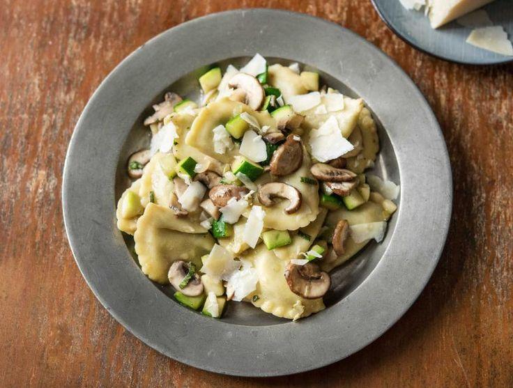 Dit gemakkelijk te bereiden gerecht zit vol verschillende smaken. Het aardse van de truffel combineert heerlijk met de romige smaak van kaas en ricotta. De salie in de boter maakt het gerecht af door het een kruidige twist te geven.