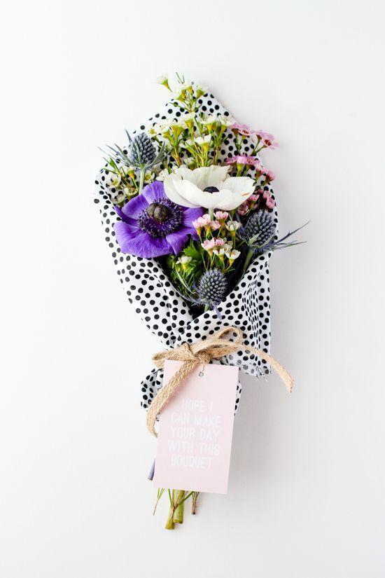 petit bouquet enveloppé de tissu à pois noir et blanc Maryposy.com aime !