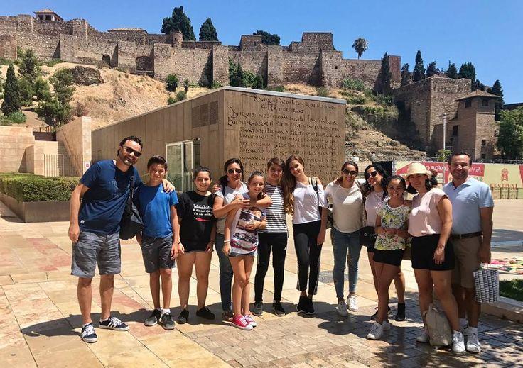Gracias chicos por la preciosa foto.  Un placer haberos conocido y esperamos volver a verlos prontito!!!! Bien viaje de regreso a Oaxaca México.#amigos #friends #familia #love #vacaciones #agosto #vida #instagram #summer #happy #momentitos #turisteandoando #mexico #oaxaca #malaga #WelcomeAGP #viajesespeciales #somosequipo