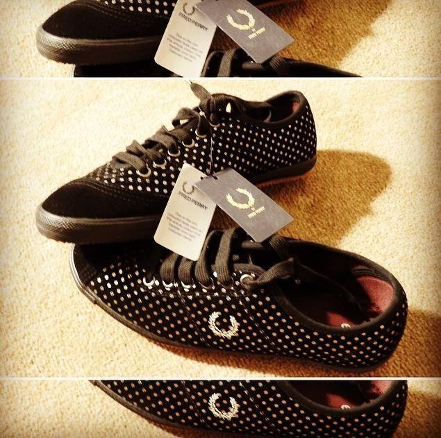 FRED PERRY  Nizke damske topanky na pohodlny presun po meste. Cierne so striebornymi bodkami. Anglicka 6-ka, EU 39.  Cena: 38 eur