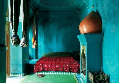 Turquoise blue wall paint for bedroom decorating in Moroccan style