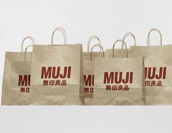H φιλοσοφία της ιαπωνικής φίρμας κατασκευής και σχεδιασμού επίπλων Muji, είναι η ανάπτυξη νέων απλών προϊόντων σε προσιτές τιμές και τη σωστή χρήση οικολογικών υλικών. Με την προσεκτική επιλογή των πρώτων υλών, τη διαδικασία κατασκευής