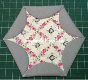 How-To: Star Window a.k.a. Moe Moe's Star: Flowers Gardens, Moe Stars, Stars Window, Aka Moe, Window A K A, Pennies Hands, Cathedrals Window, Quilts Tutorials, Penny Hands