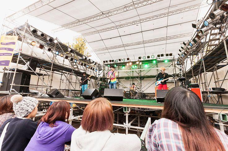 ゲストライブも、この中央ステージで行われます。屋外ステージでのフリーライブです。