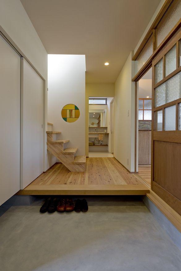 玄関を開けると広々とした 土間兼ギャラリースペース。 リビングにつながる引戸のガラスは、 お施主様の祖母のガラスを 建具の一部に再利用。 玄関框の下は靴を入れるスペースに。