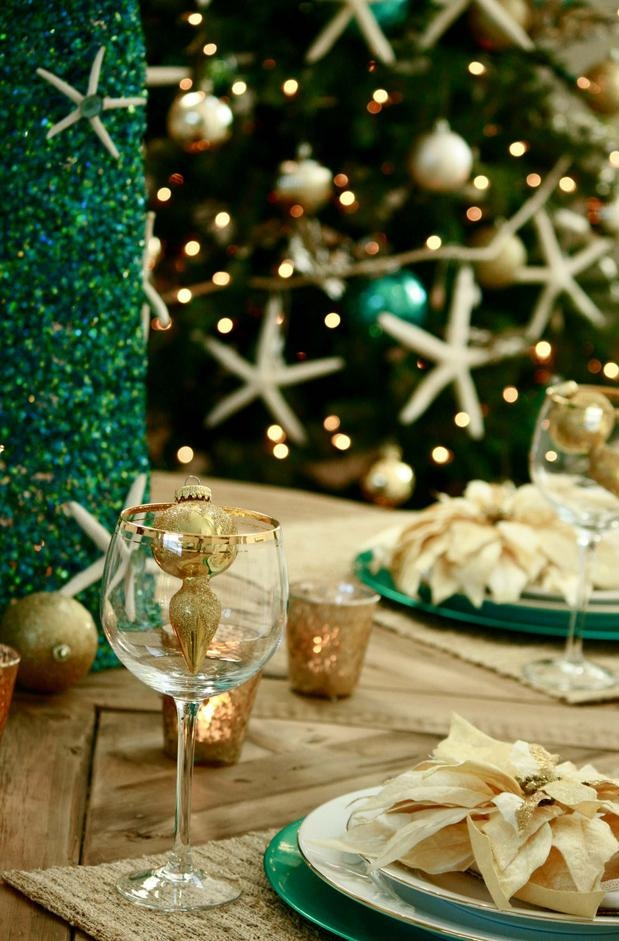 coastal Christmas dinner party table settings